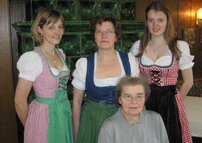 Irma Göttler mit Tochter Gertraud Geisberger und ihren beiden Enkeln Susanne und Michaela